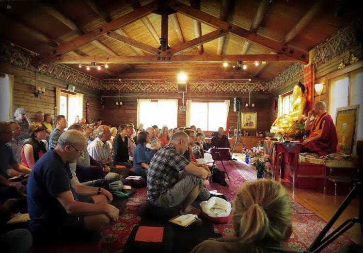 BB 011 norske buddhister lytter til munk